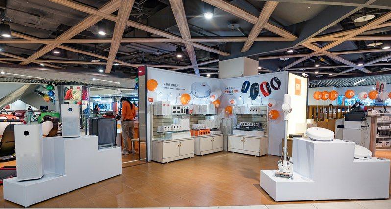 「小米新竹巨城快閃店」4月25日至5月10日推出多項單店獨家優惠,5月1日至5月10日推出每天限量10組小米手環4第2件半價。圖/小米提供
