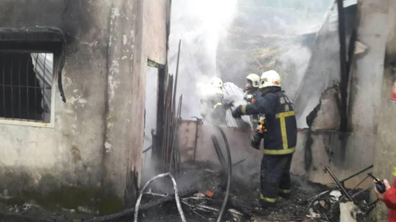 苗栗縣泰安鄉八卦村一間平房昨天凌晨疑似遭人縱火被燒毀。圖/記者胡蓬生翻攝