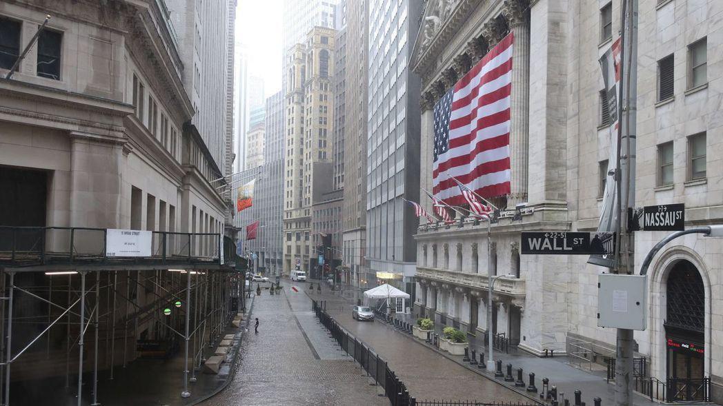華爾街上一片冷清,但對照美國五周來逾2,600萬人失業的慘況,美股仍有買盤支撐,...