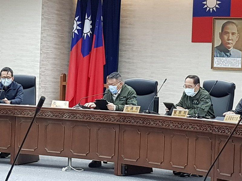 台北市長柯文哲今天下午主持交通會報後被問口罩販賣機是否被打敗,他表示,不會被打敗,因為中央的口罩3.0版每一次還要扣7元,「7塊錢很多」。記者翁浩然/攝影