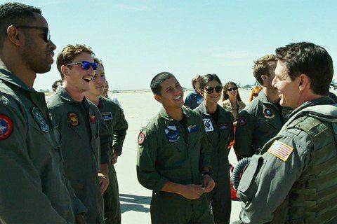 湯姆克魯斯「不可能的任務7」雖然被新冠肺炎影響拍攝進度,好在他另一部大片「捍衛戰士:獨行俠」早已殺青,絕對能在耶誕節上片前完工。片中除他之外還有一堆年輕帥氣的新生代飛官,包括麥爾斯泰勒、葛倫鮑威爾等...