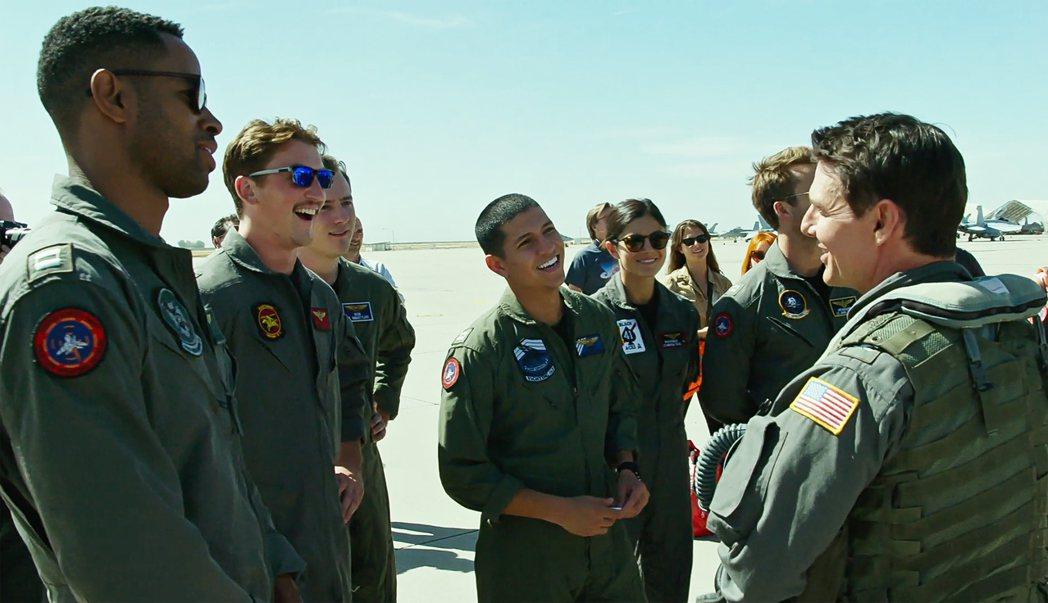 「捍衛戰士:獨行俠」年輕飛官中,被看好有人可以接班湯姆克魯斯(右)。圖/達志影像