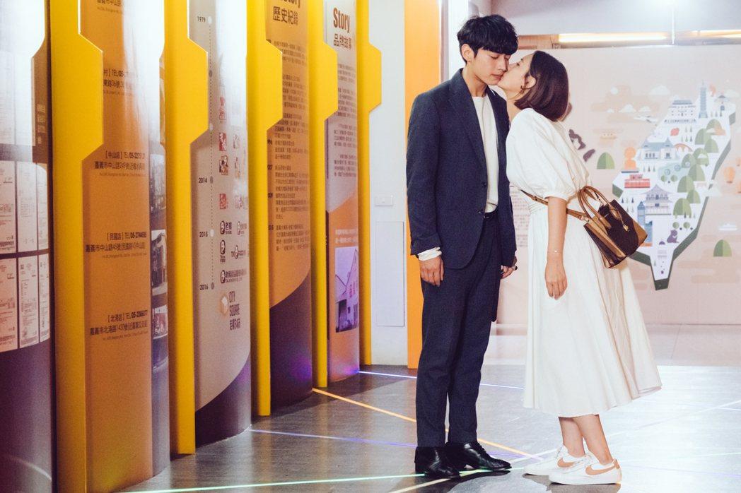 安心亞(右)向宋柏緯獻吻。圖/歐銻銻娛樂提供