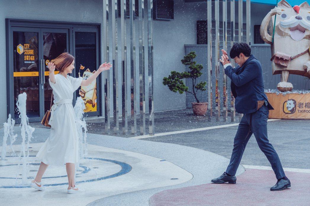 安心亞(左)向宋柏緯潑水,約會畫面狂冒粉紅泡泡。圖/歐銻銻娛樂提供