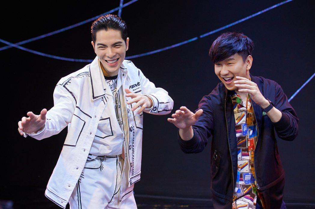 蕭敬騰(左)與林俊傑在「歌手.當打之年」總決賽首度合作演唱共同創作新歌「Hell