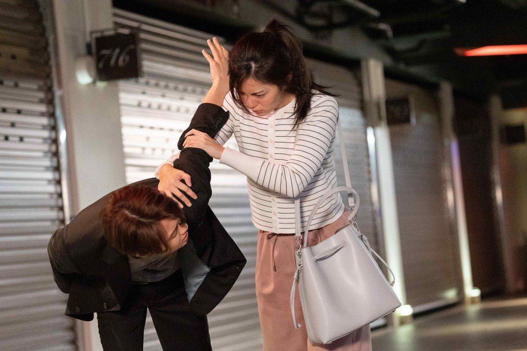 任容萱在「覆活」戲中因酒醉反扭邱勝翊的手臂。圖/八大提供