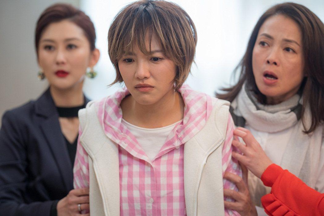 柯淑勤(右起)、小8、陳珮騏演出「姊妹們  追吧」。圖/東森提供