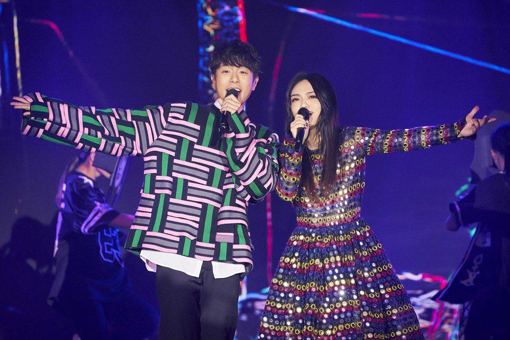 韋禮安(左)與徐佳瑩今天於「歌手.當打之年」歡樂合唱,可惜無緣晉級。圖/亞神提供