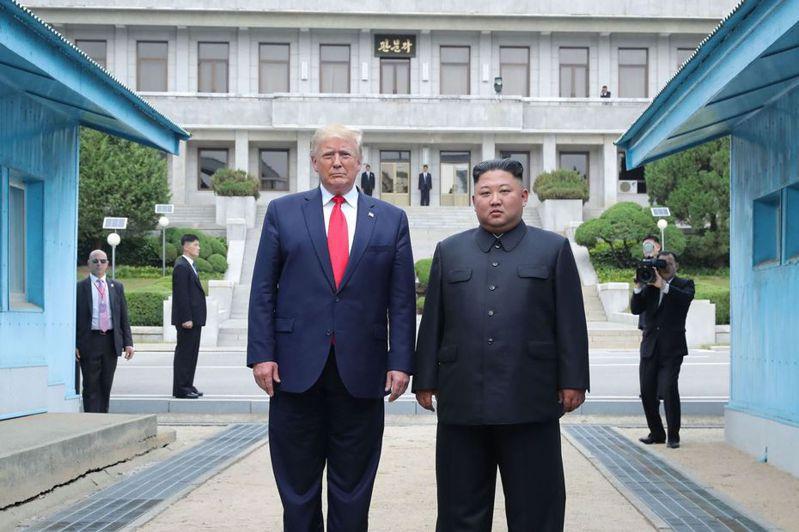去年六月卅日,美國總統川普(左)與北韓最高領導人金正恩在板門店第三次會晤。 (法新社)