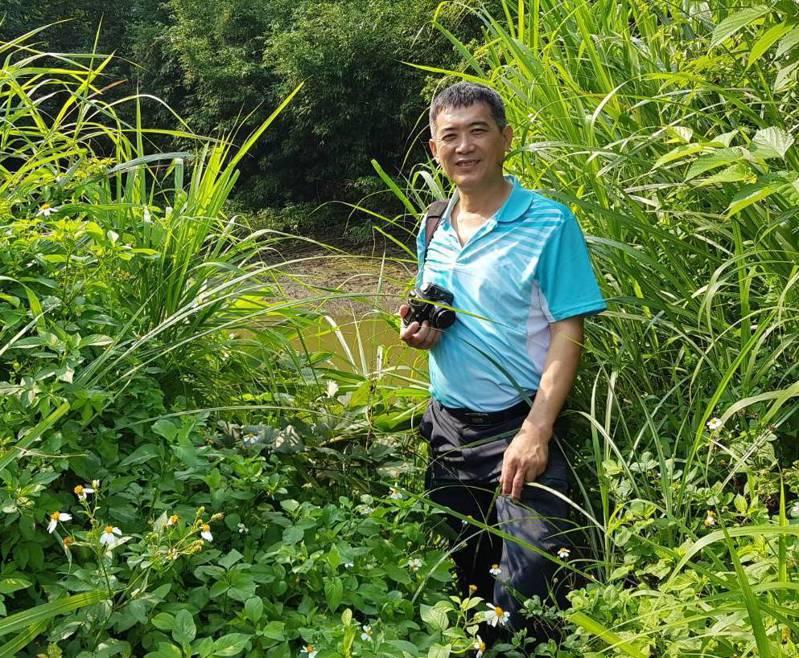 港都社區大學講師楊吉壽,在桃園黃緣螢的棲地觀察。  圖/楊吉壽提供