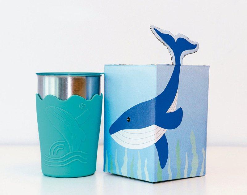 中鋼今年股東會紀念品鯨彩都繪抗菌鋼杯。 中鋼/提供
