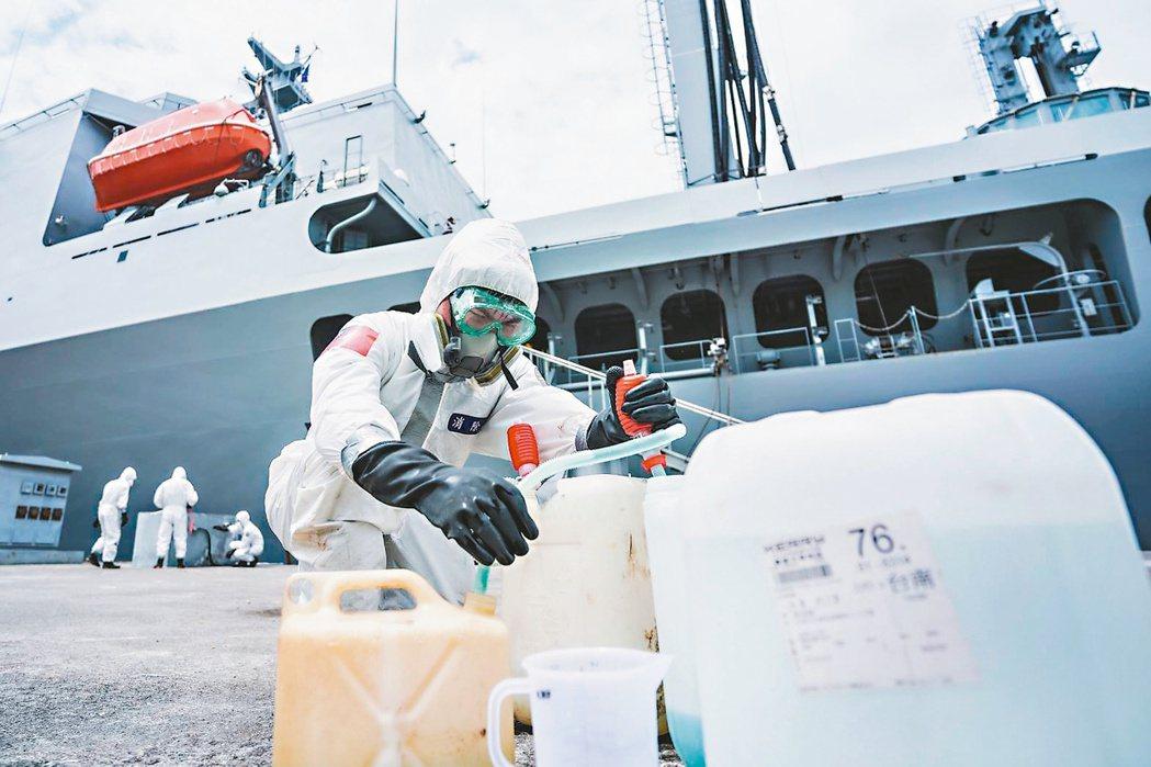 圖為磐石艦日前大舉進行消毒作業。圖/國防部提供