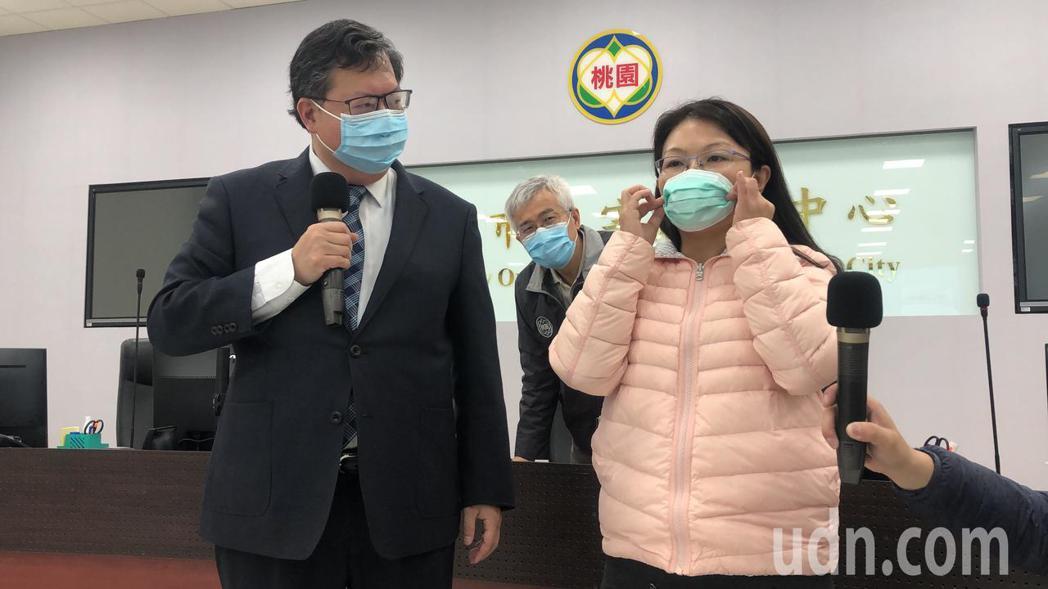 衛生局人員示範將成人口罩折成兒童用口罩。記者曾健祐/攝影