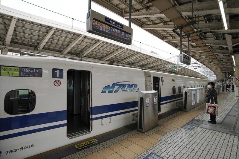東京車站的新幹線月台空蕩蕩。歐新社