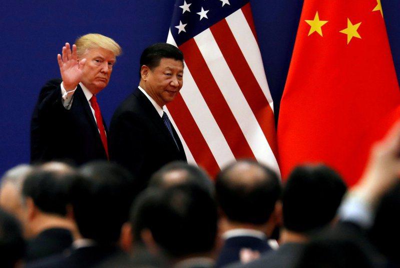 圖為美國總統川普(左)2017年訪問北京時,與中國大陸國家主席習近平(右)一同會見商界領袖。路透
