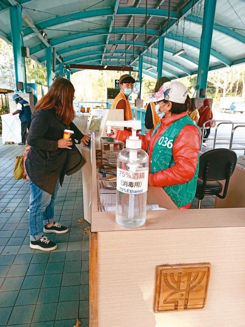 防疫啟動,台北市立動物園各館區服務台增設消毒酒精取用點。 圖/台北市立動物園提供