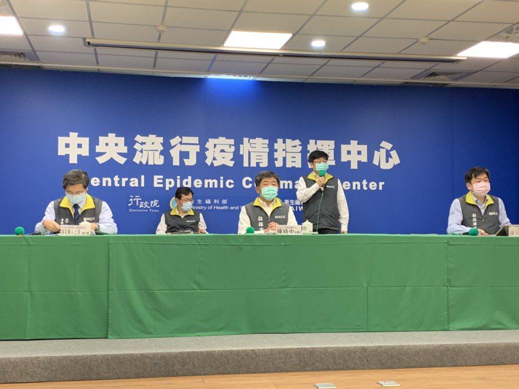 中央流行疫情指揮中心今說明疫情發展,第一排左起疫情指揮中心專家諮詢小組召集人張上...