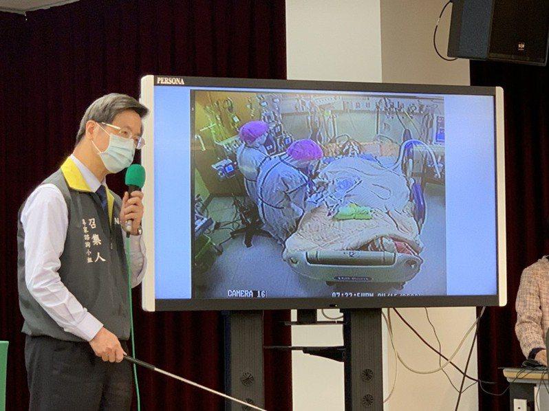 張上淳秀出負壓隔離病房中的裝備,感謝醫護團隊。記者陳雨鑫/攝影