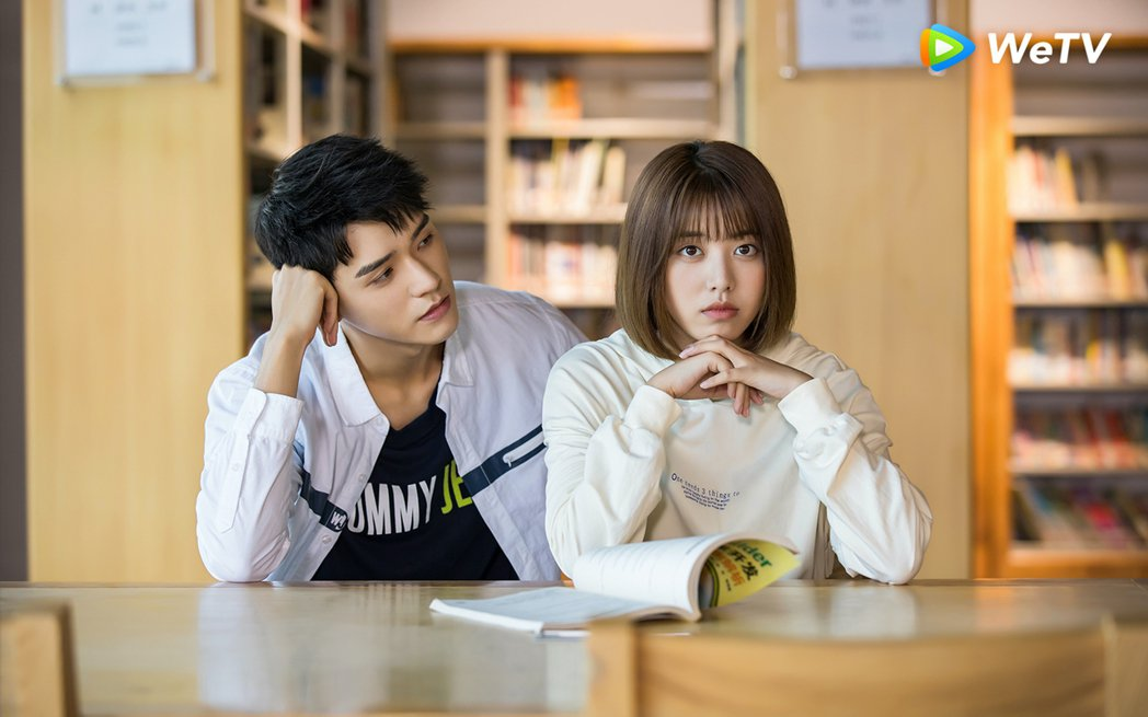 龔俊(左)受封「直球系男友」,在「小美滿」戲中狂撩劉人語。圖/WeTV提供