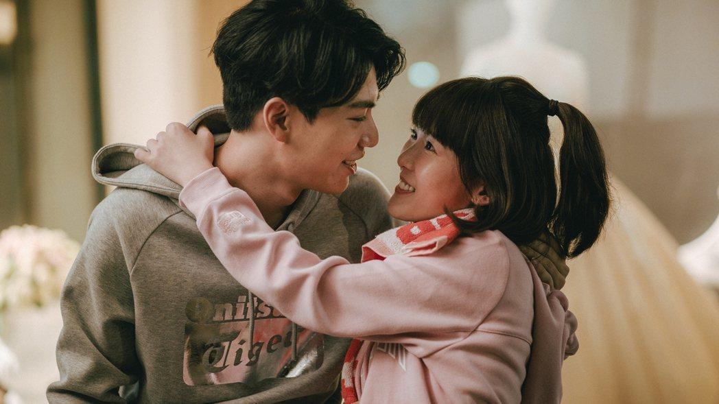 林子閎(左)、孫可芳在「若是一個人」戲中呈現談戀愛時的甜蜜。圖/華視提供