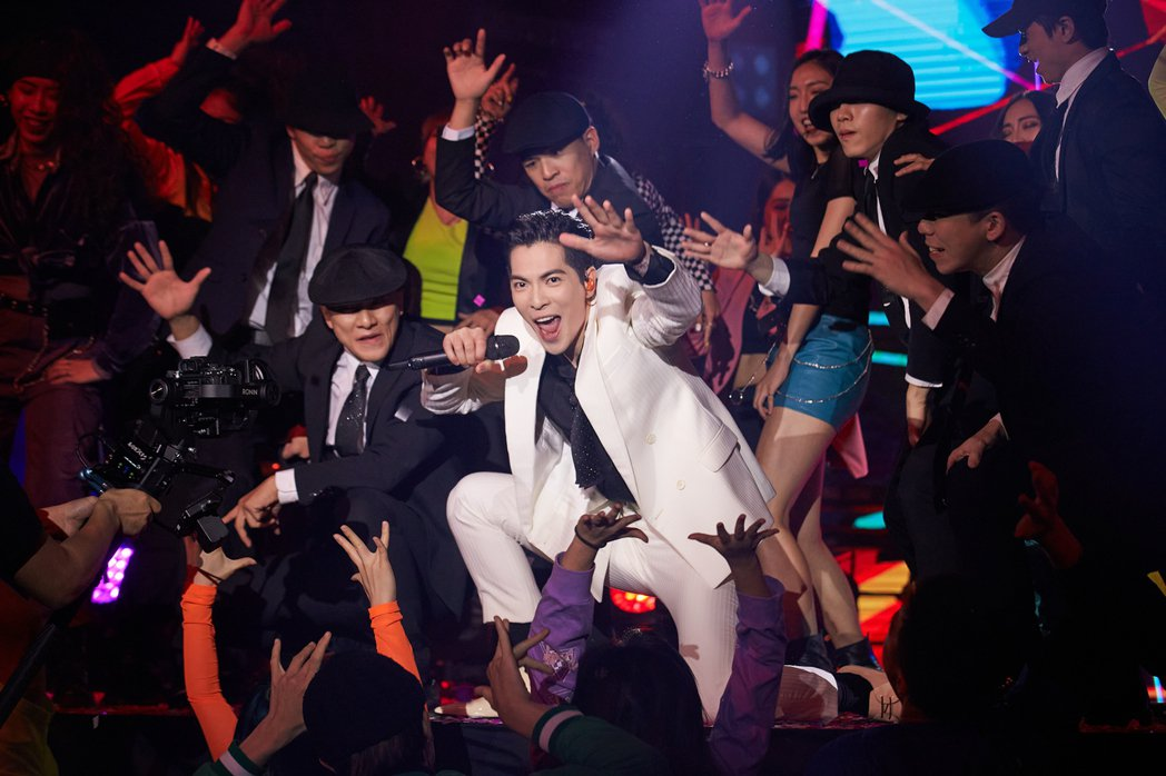 蕭敬騰昨於「歌手.當打之年」總決賽第二輪獻唱「猴籠」,帶領近30位舞者打造歡樂派...