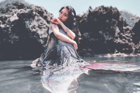 祈錦鈅日前受邀拍攝「水下」攝影,化身珍珠美人魚,一系列照片曝光,氣場超強、驚艷粉絲!還有土豪粉絲搞笑留言「我家有一個近兩千坪的魚池可以養美人魚」,她笑說:「原來找到了我的藍海市場了,自己也愛海,希望...
