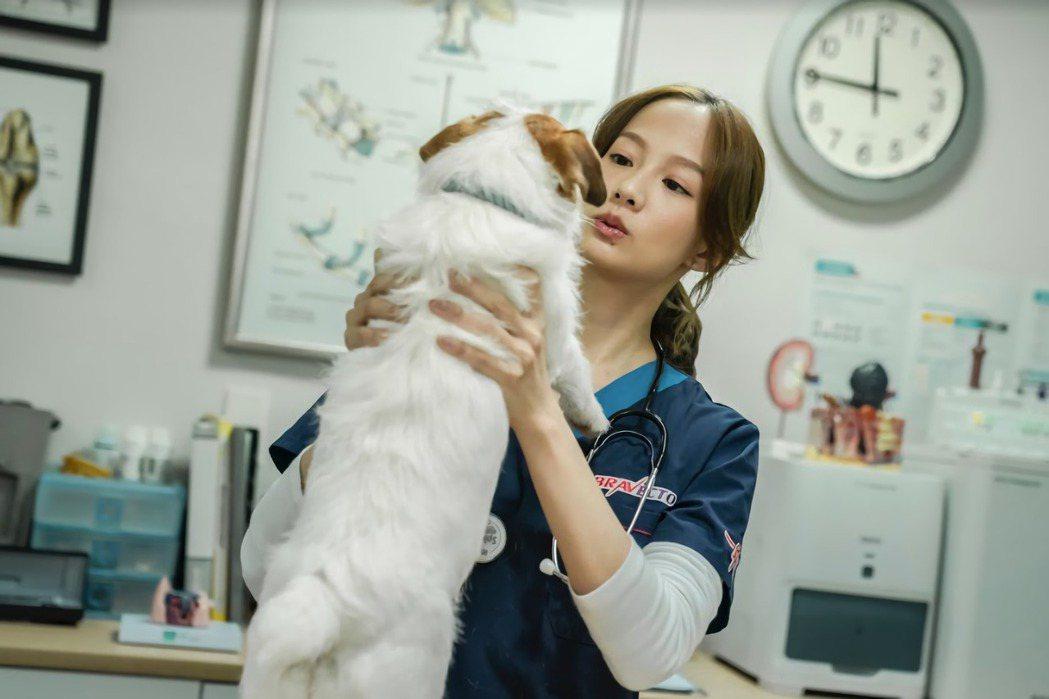 簡嫚書在「黑喵知情」戲中飾演獸醫。圖/LINE TV提供