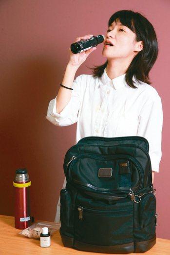 陳采岑示範喝橄欖油,為早上忙碌的一天展開序曲。 記者徐兆玄╱攝影