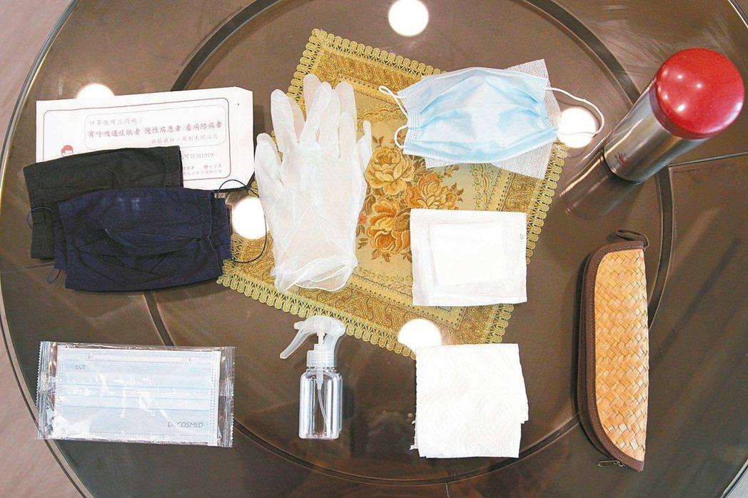 護理師的防疫包 外出基本的防疫小物,就是口罩套、口罩、酒精、濕紙巾。另外加碼帶的...