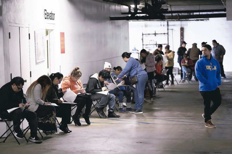 新冠肺炎衝擊下,美國湧現請領失業救濟的人潮。 美聯社