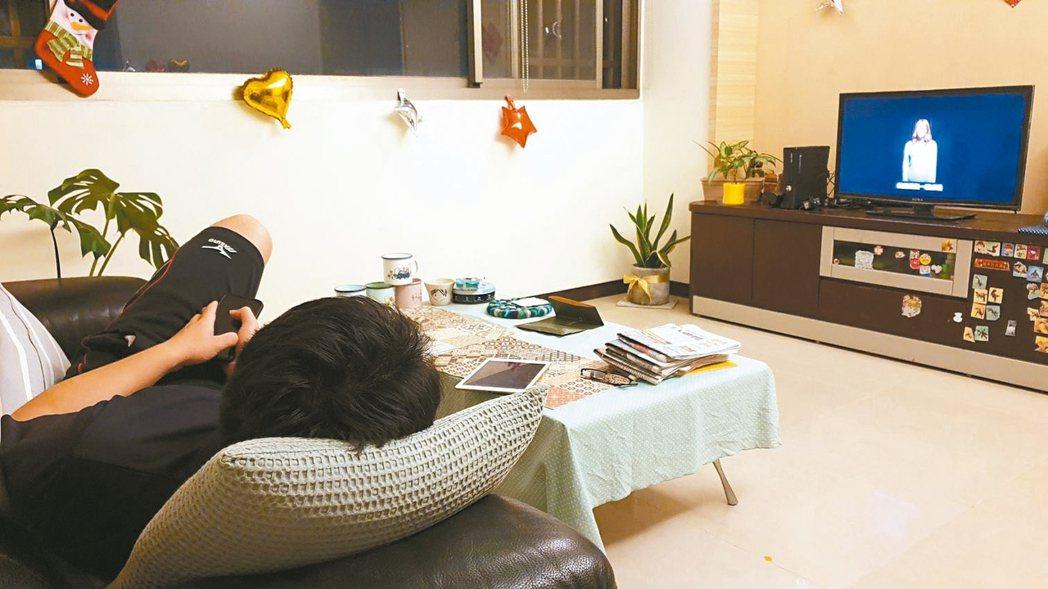 防疫期間不少民眾看電視時間變長,過度使用眼睛可能罹患乾眼症等症狀。 記者胡瑞玲/...