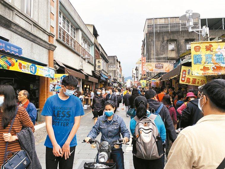 不受疫情影響,桃園市大溪老街昨天湧入上萬名遊客。 記者高宇震/攝影
