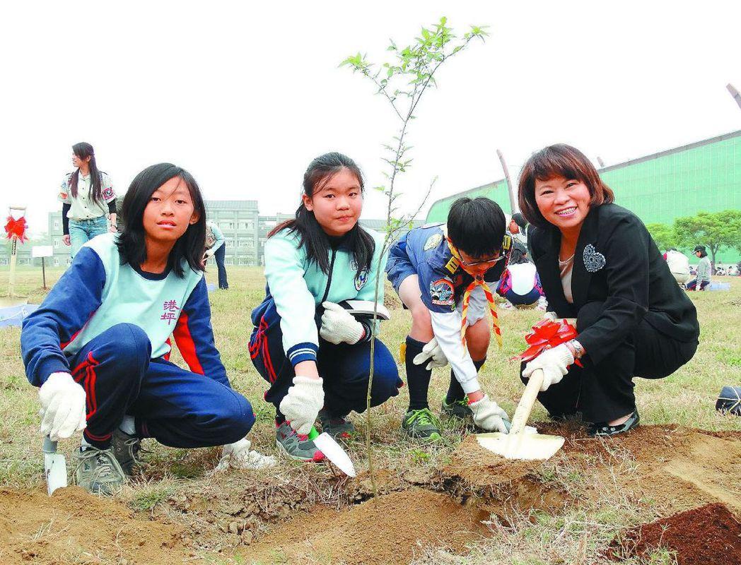 嘉義市長黃敏惠與學童一起種樹。 圖/聯合報系資料照片