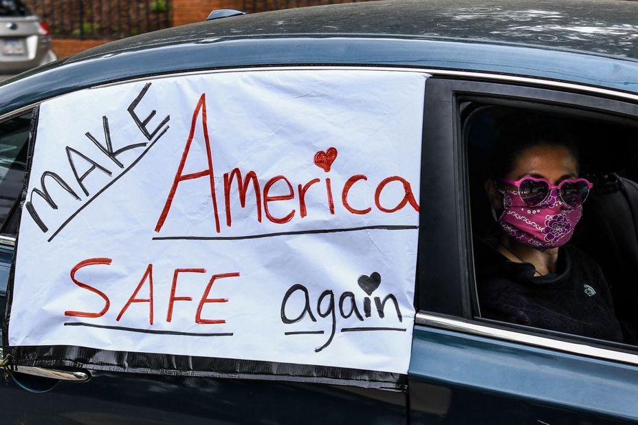 """有人急于复工,也有人把安全放在首位。图为密西西比民众要求""""让美国再度安全""""。 法新社"""