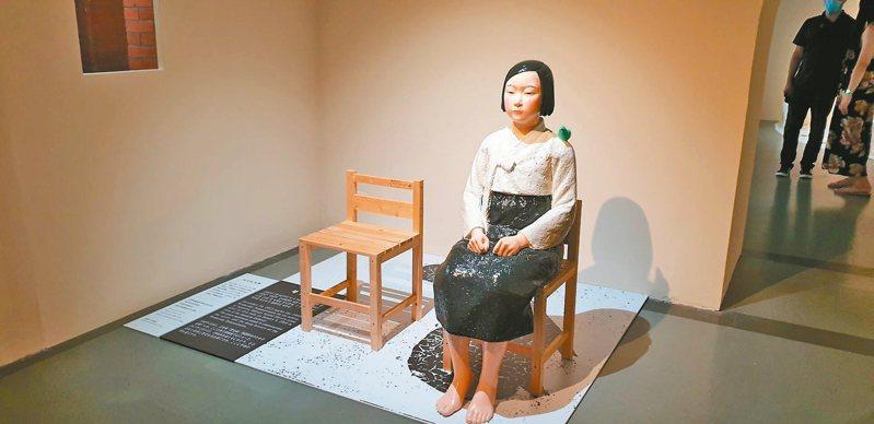 南韓雕塑家夫婦金曙炅與金運成聯手完成的「和平少女像」。短髮少女象徵二戰期間被日本送上戰場的韓籍慰安婦,旁邊的空椅子代表其他缺席的受害者。 記者陳宛茜/攝影