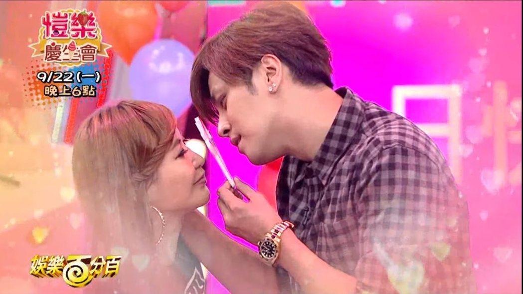 愷樂在「娛樂百分百」節目上,要與羅志祥玩安全之吻。 圖/擷自Youtube