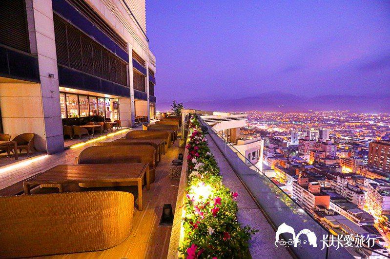 The roof每人低消300元及1成服務費,用餐時間兩小時。圖/卡夫卡愛旅行授權
