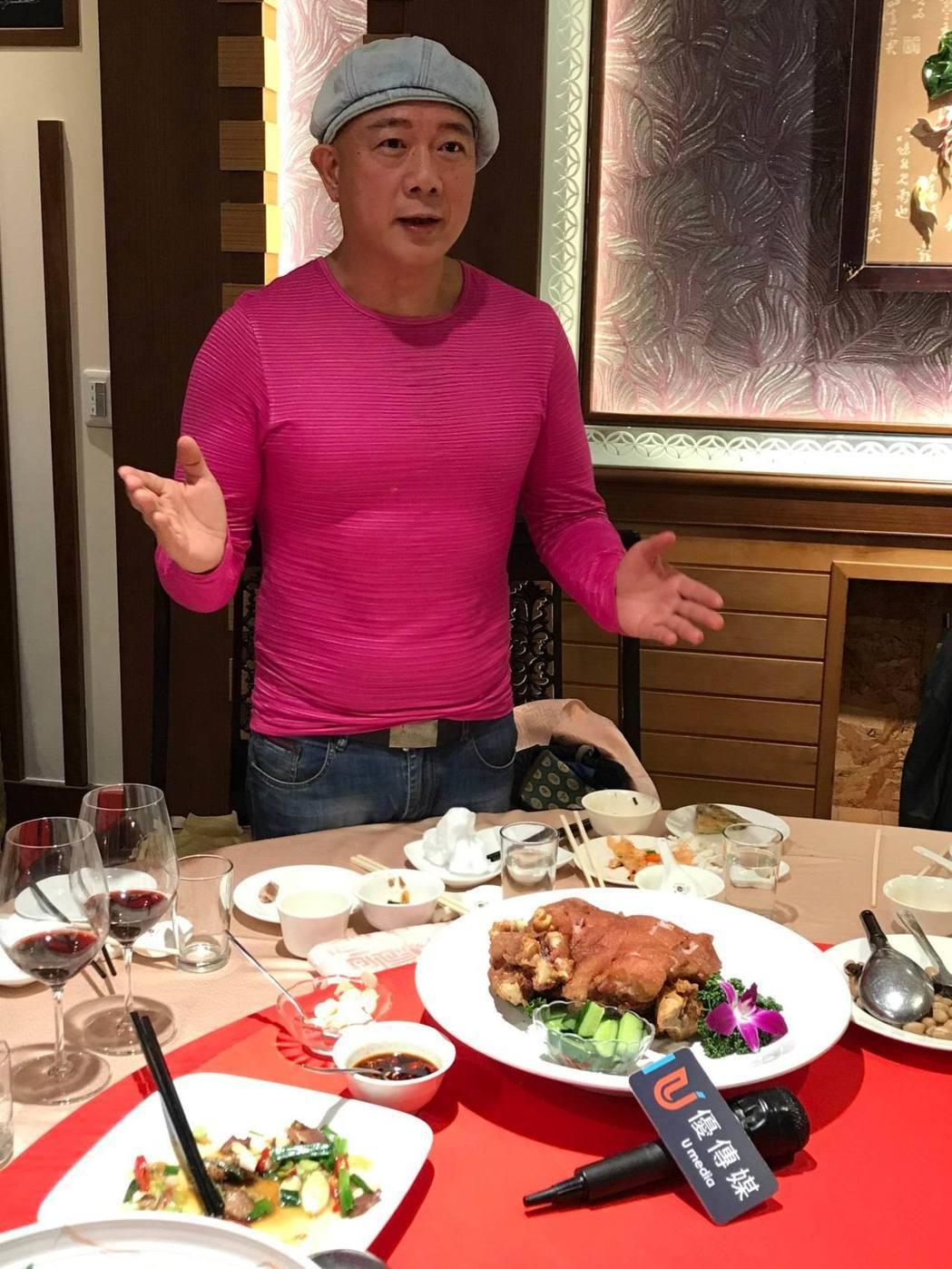 名廚雷蒙老師對軍友餐廳母親節桌菜的「香酥狀元蹄」情有獨鍾,是強力推薦的功夫菜。項...