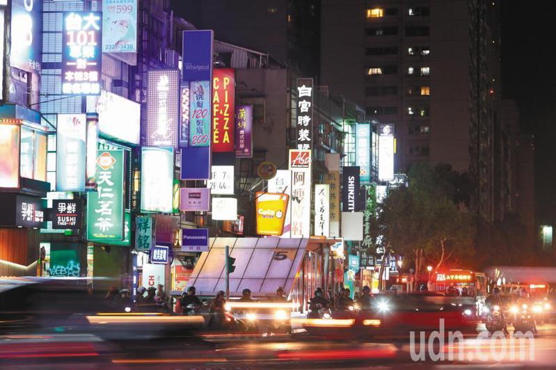 市區LED看板、霓虹燈、燈箱廣告到深夜仍閃爍發亮,近三年有1300件光汙染陳情案。本報資料照片