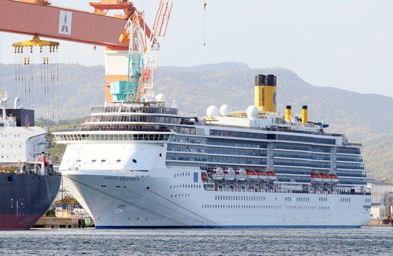 停泊在日本長崎港的義大利郵輪「歌詩達大西洋號」有近百名船組員感染新冠病毒。歐新社