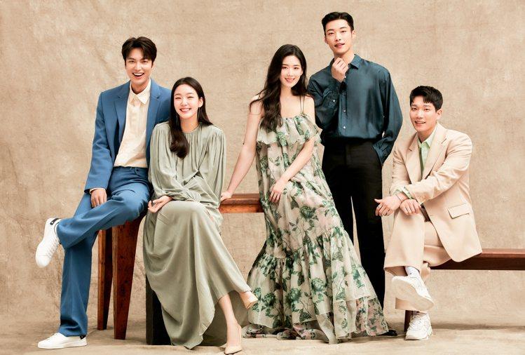 李敏鎬、金高銀和主要演員們拍出好交情。圖/Netflix提供