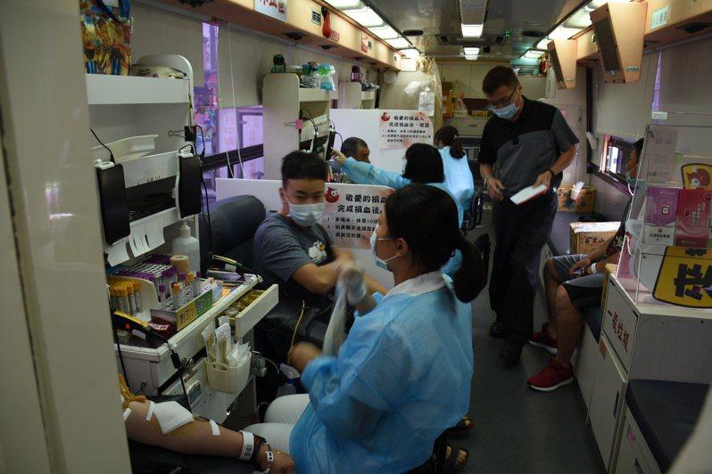 新冠肺炎疫情影響,許多捐血活動也取消,台中捐血中心血庫庫存拉警報不足6天。記者李京昇/攝影