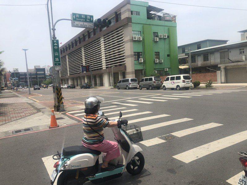 嘉義市隨處可見電動機車,市府鼓勵民眾繼續汰舊換新換購電動機車。記者李承穎/攝影