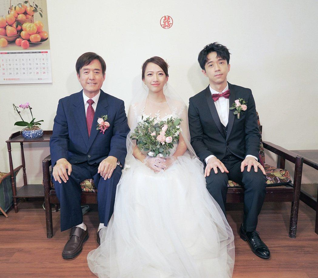光良(右起)在「想你了」MV和范宸菲、檢場合作。圖/星娛音樂提供