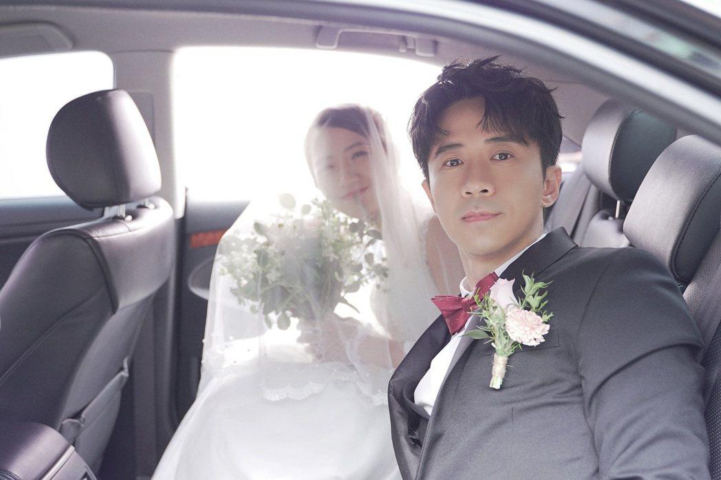 光良(右)在「想你了」MV中娶回范宸菲。圖/星娛音樂提供