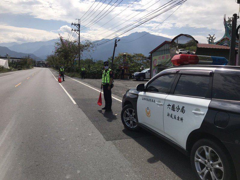 疫情嚴峻,市區遊客轉往山區出遊,警方排班加強取締違規。記者徐白櫻/翻攝