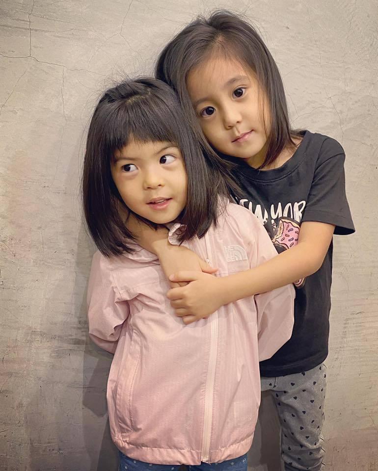 賈靜雯曝光咘咘(右)、波妞新髮型。圖/摘自臉書