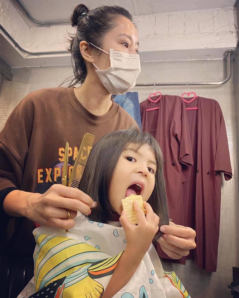 波妞邊剪髮邊吃東西。圖/摘自臉書