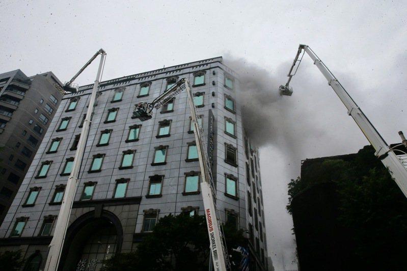 台北市中山區林森北路錢櫃KTV發生火警傳出重大傷亡,消防隊據報前往搶救救出受困人員。 聯合報記者黃義書/攝影