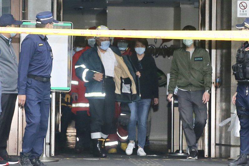 台北市中山區林森北路錢櫃KTV死亡火警,台北市長柯文哲(左三)抵達現場了解情況。記者林伯東/攝影